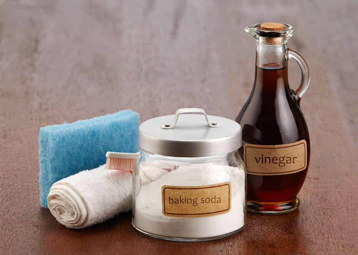 Baking soda and vinegar as cleaning agents