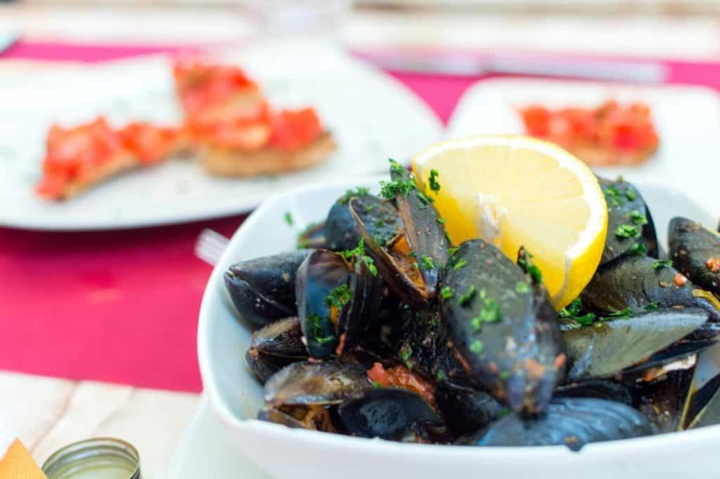 Steamed garlic mussels with lemon