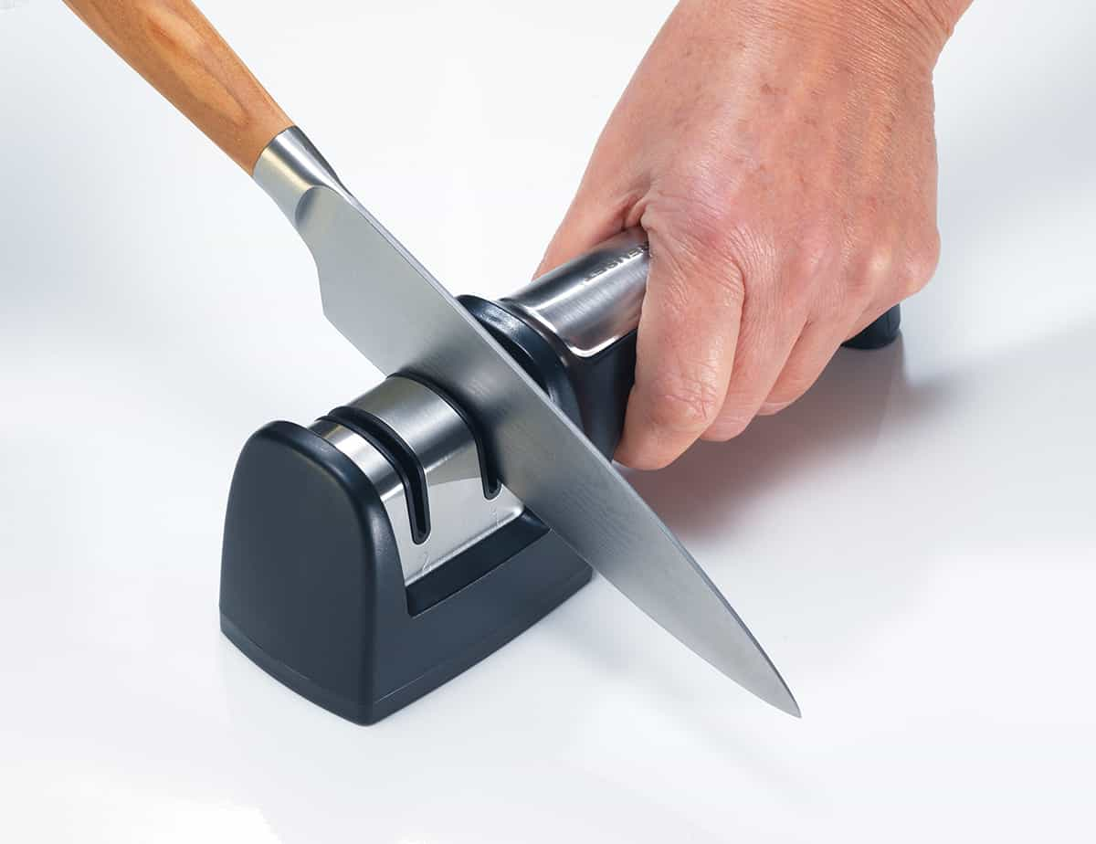 How to use an electric knife sharpener